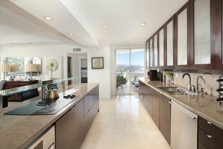 7250 Franklin Ave kitchen