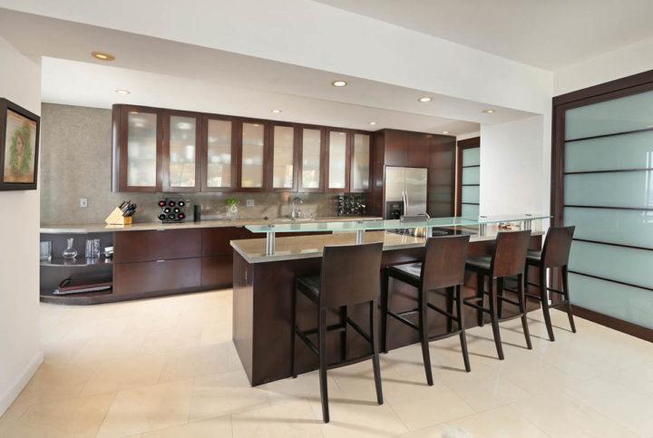 7250 Franklin Ave kitchen bar