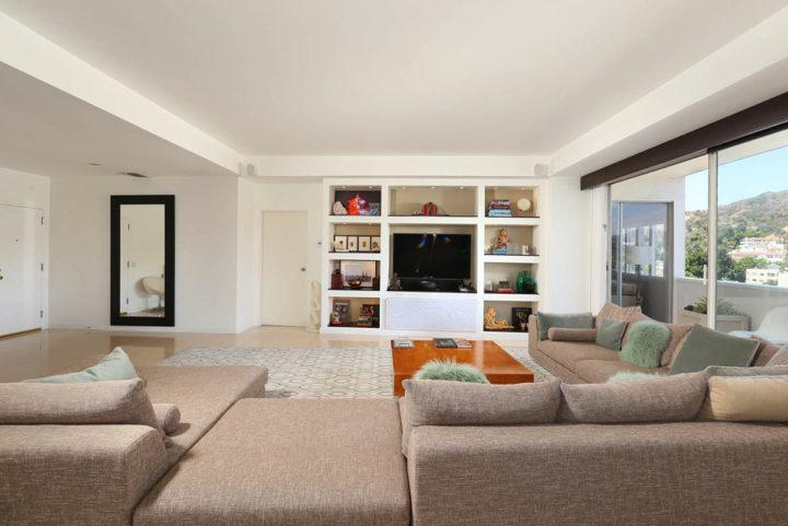 7250 Franklin Ave tv living area